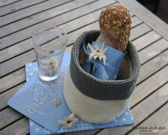 Geschenkeset Frühstück in himmelblau mit Frühstücksbrettchen, passenden Servietten, Korb und Trinkglas