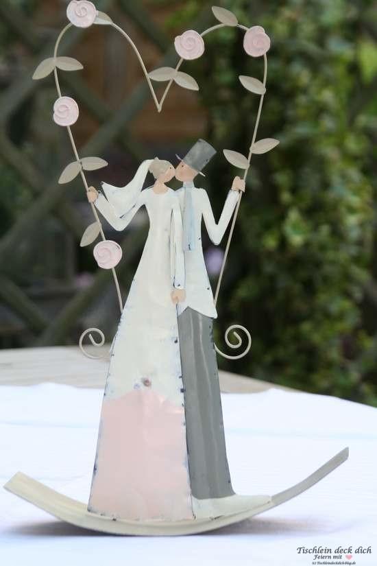 Brautpaar in der Rosenschaukel - Hochzeit