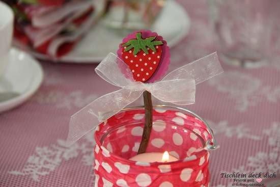 Tischdekoration mit Erdbeeren 3