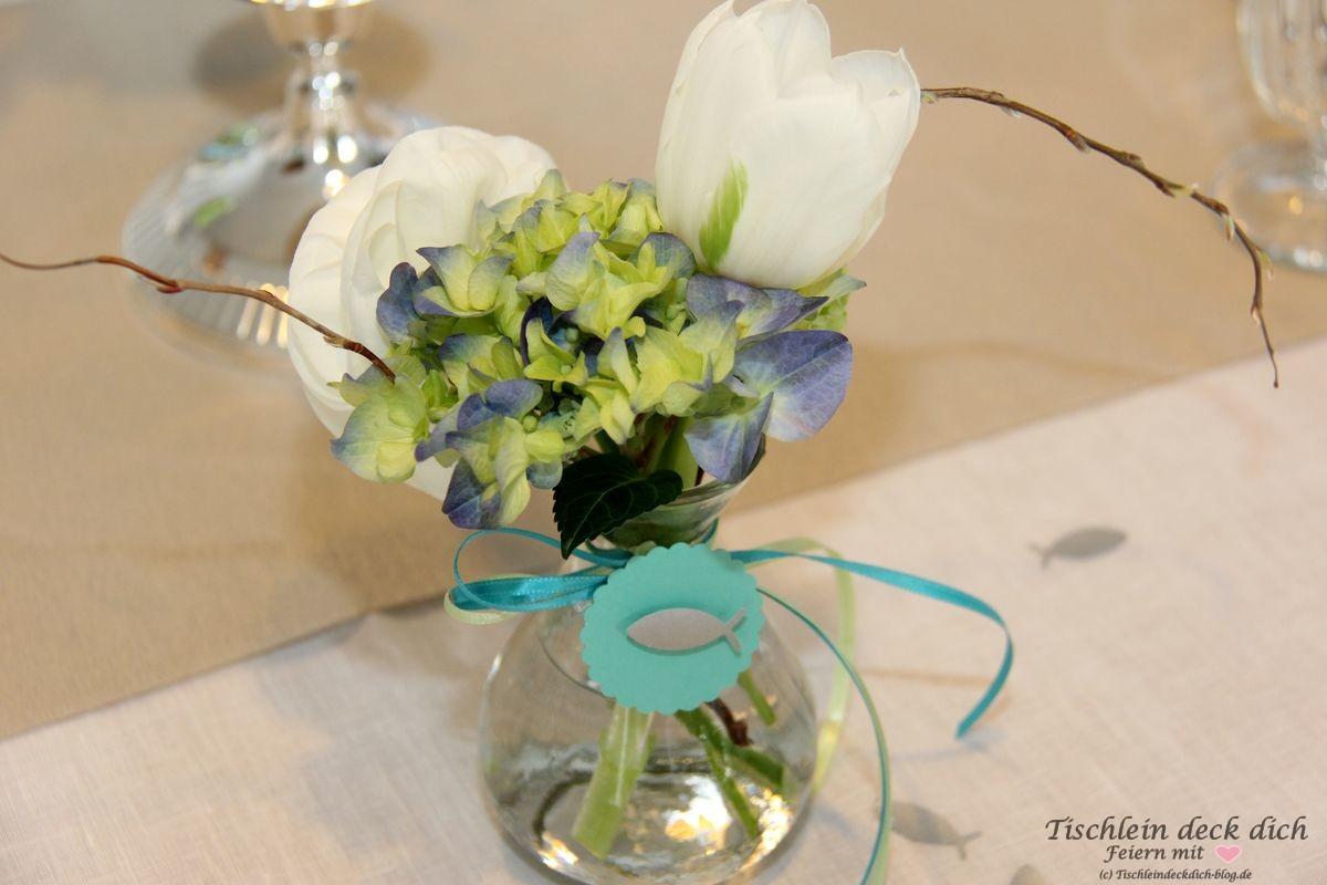 Blumendekoration fuer die Kommunion mit Fisch in blau