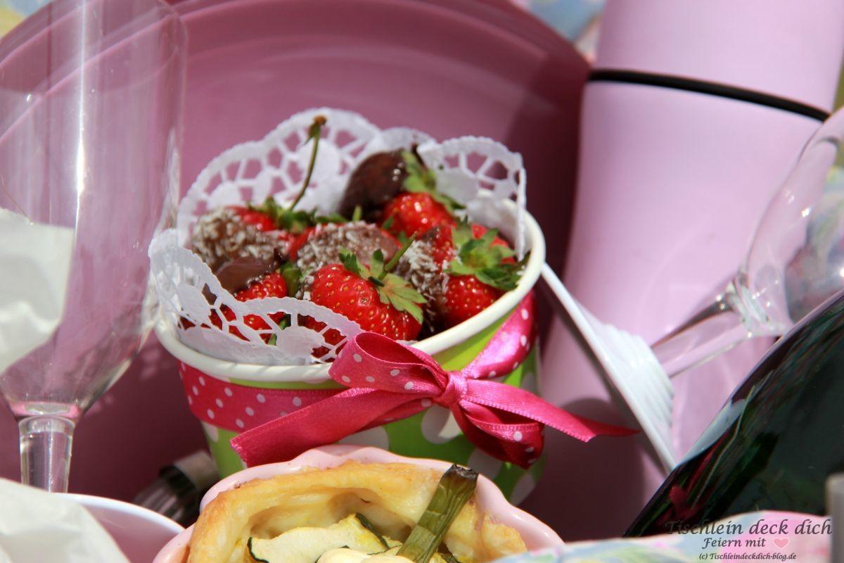 Picknick im Gruenen Erdbeeren im Korb
