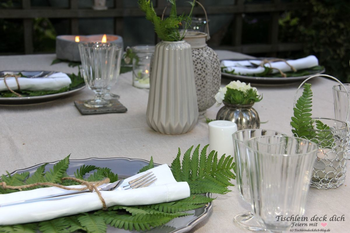 Tischdekoration mit Farn in grau weiß gruen