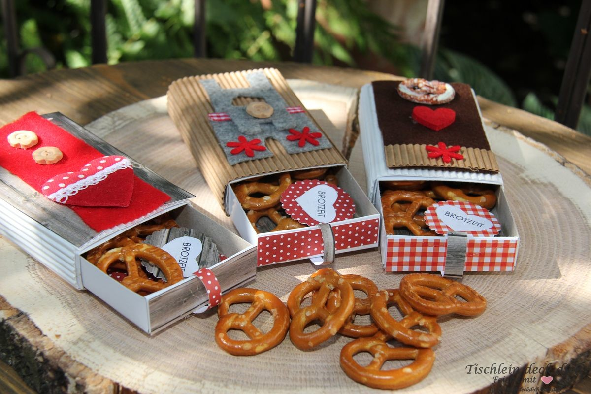 oktoberfest deko mit brezel als give away tischlein deck dich. Black Bedroom Furniture Sets. Home Design Ideas