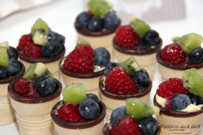 Fruehstueck mit Etagere Dessert