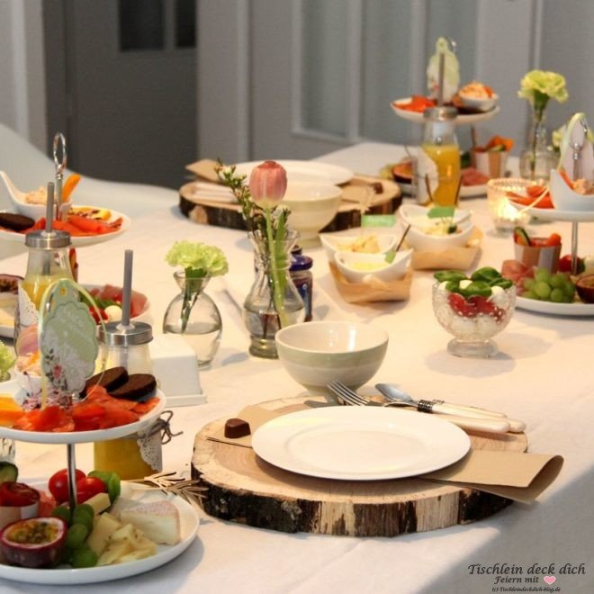 Fruehstueck mit Etagere Tischdeko