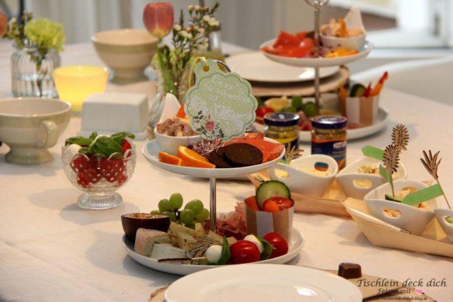 Fruehstueck mit Etagere Tischdekoration