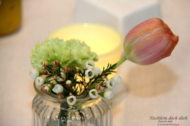Fruehstueck mit Etagere Tulpe