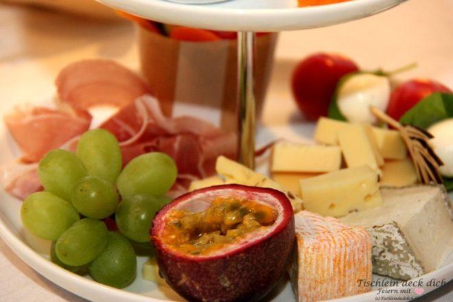 Fruehstueck mit Etagere Weintrauben
